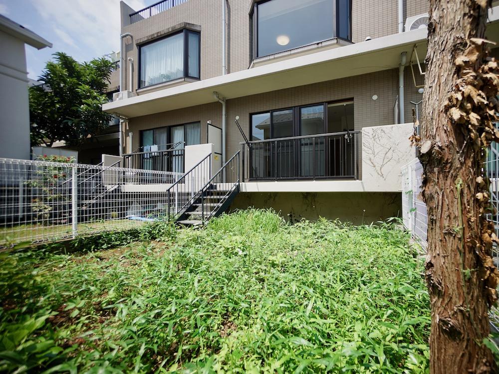 庭とルーバルのテラスハウス